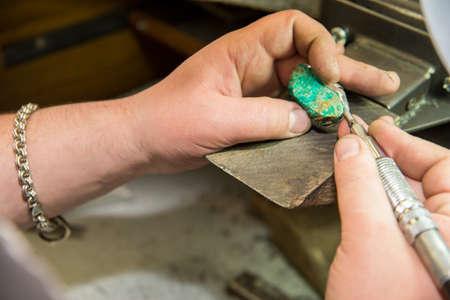 Juwelier legt grünen Stein Standard-Bild - 29034210