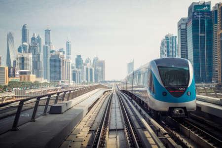 DUBAI, Vereinigte Arabische Emirate - 4. März 2014: Dubai Metro als weltweit längste vollautomatische U-Bahn-Netz (75 km). 4. März 2014 in Dubai, Vereinigte Arabische Emirate. Standard-Bild - 30196255