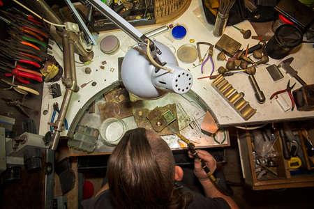 Arbeitsplatz Juwelier, der Ring produziert Standard-Bild - 41554416