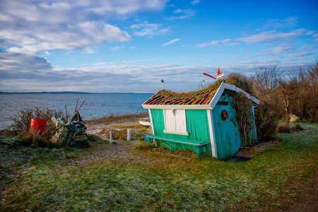 Kleine alte Hütte am Meer Standard-Bild - 42026546