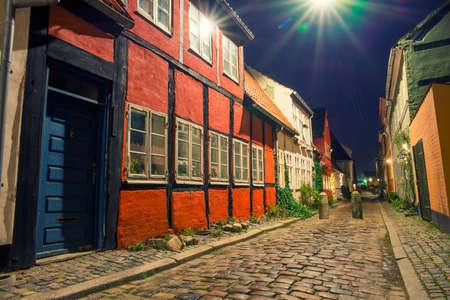 Alte und schöne Straßen der Stadt in der Nacht Standard-Bild - 58122970