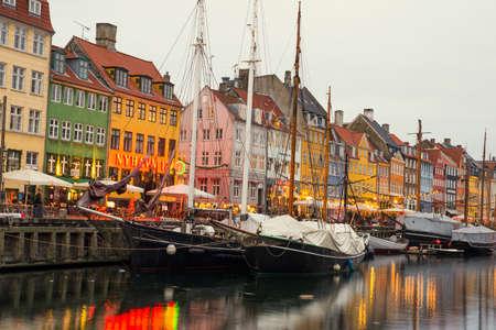 COPENHAGUE, DANEMARK - 30 décembre 2014: Nyhavn est un quartier quais du 17e siècle, le canal et le divertissement à Copenhague, Danemark. 30 décembre 2014 Copenhague, Danemark.