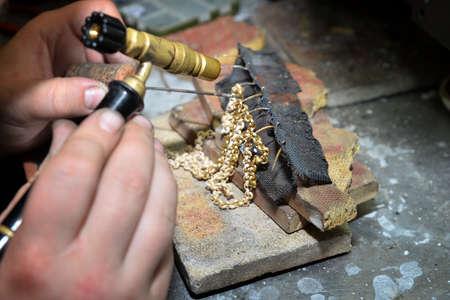 Juwelier produziert Goldschmuck in der Werkstatt Standard-Bild - 61778894
