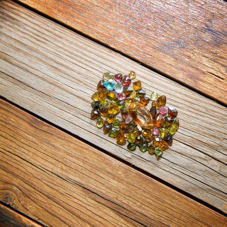 piedras preciosas: piedras preciosas en el fondo de madera Foto de archivo