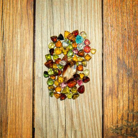 pietre preziose: pietre preziose su fondo in legno