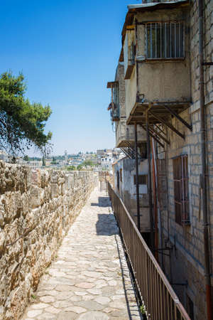 jewish town: JERUSALEM, ISRAEL - JUNE 2, 2015: View of the old town with an ancient wall
