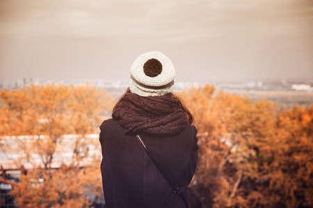 Mädchen im Herbst Park schaut in die Ferne Standard-Bild - 80271221