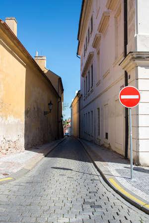 transporte terrestre: estrecha calle de edad en Praga