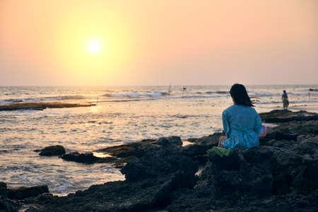 woman on the beach admiring the sunset 免版税图像