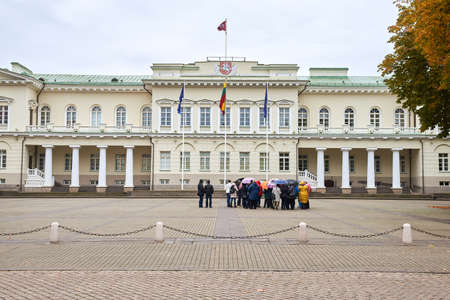 group of tourists on excursions near the Presidential Palace, Vilnius Imagens