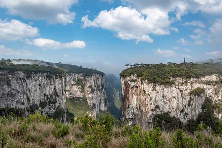 Natural and beautiful national park in Brazil with canyon and natural waterfalls in the mountains Фото со стока - 130794882