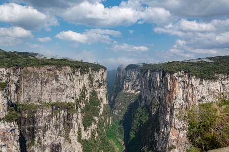 Natural and beautiful national park in Brazil with canyon and natural waterfalls in the mountains Фото со стока - 130794880