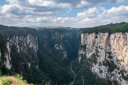 Natural and beautiful national park in Brazil with canyon and natural waterfalls in the mountains Фото со стока - 130794884