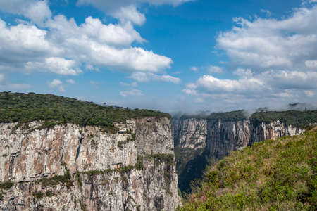 Natural and beautiful national park in Brazil with canyon and natural waterfalls in the mountains Фото со стока - 130794885