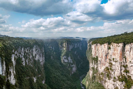 Natural and beautiful national park in Brazil with canyon and natural waterfalls in the mountains Фото со стока - 130794891
