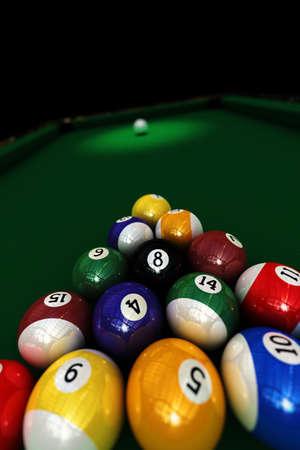 bola ocho: Piscina de juego - conjunto de bolas piscina listo para iniciar el juego - profundidad de campo, con especial atenci�n a las ocho bolas