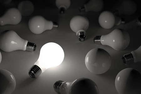 focos de luz: Una iluminación bombilla entre otras bombillas rotas