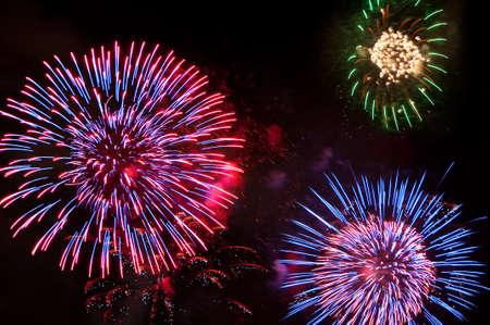 feste feiern: Bunte Feuerwerk am Nachthimmel Lizenzfreie Bilder