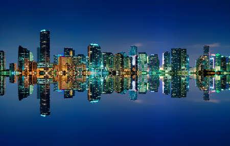 De skyline van Miami in de nacht met bijna geen wolken en bijna perfect reflecties