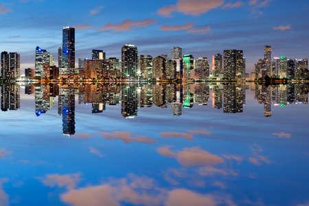 Miami Skyline gezien van Key Biscayne in de schemering met prachtige weerspiegelingen Stockfoto