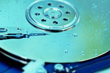 disco duro: Plato del disco duro cubierto de gotas de agua que simboliza el da�o del agua.
