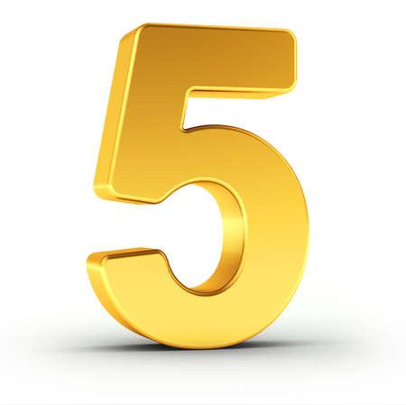 De nummer vijf als een gepolijste gouden object op een witte achtergrond met clipping pad voor een snelle en accurate isolement. Stockfoto