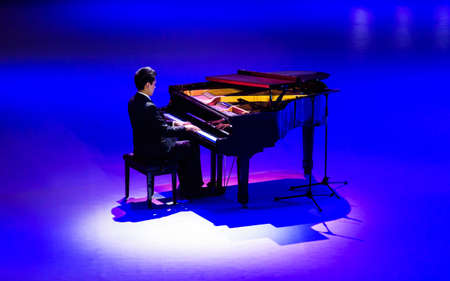 the color of silence: In the blue light playing pianist