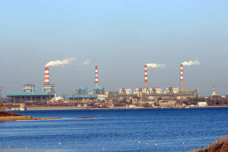 sustancias toxicas: el humo de las chimeneas de la central eléctrica