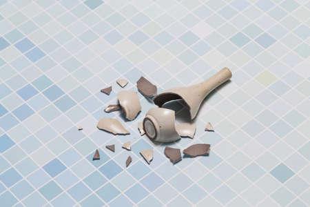 Broken vase 版權商用圖片