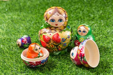 Russian dolls on green grass Stockfoto