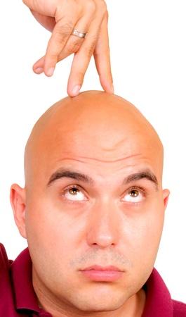 bald man: Dedo a pie en la cabeza
