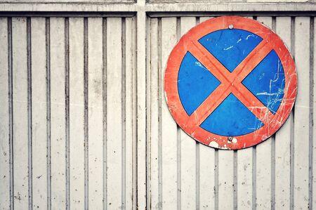 no parking: D�truit aucun signe de stationnement Banque d'images