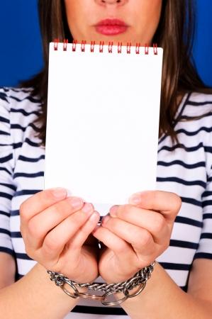 cuffed: Bloqueado femenino con el papel en blanco