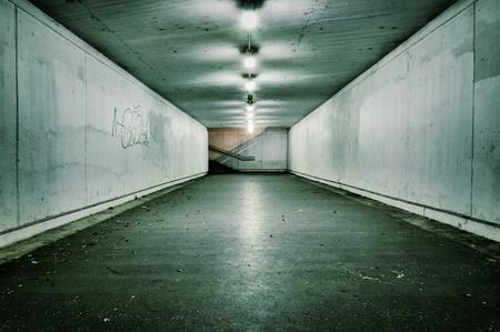 지하에: 아무도 열정적 인 빈티지 터널