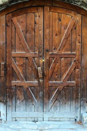 door bolt: Puerta de madera vieja y cerrado Foto de archivo