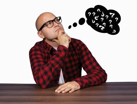 혼란스러운: 대머리 남자가 뭔가에 대해 생각