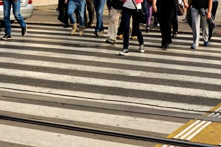Mensen die de voetgangersoversteekplaats