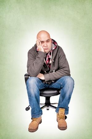 Besorgt Mann Standortwahl auf dem Stuhl