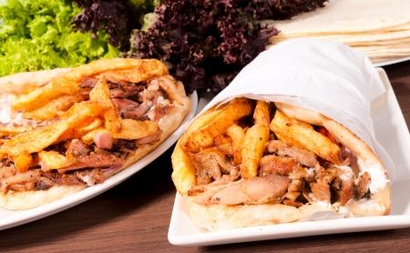 sandwiche: Doner kebab sulle piastre Archivio Fotografico