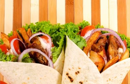sandwiche: Coppia di gyros pita sullo sfondo di legno