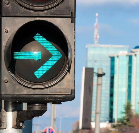 señal de transito: Semáforo que muestra la flecha verde. Enfoque selectivo en la flecha verde