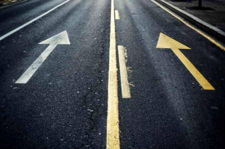 Wit en gele pijlen op de straat