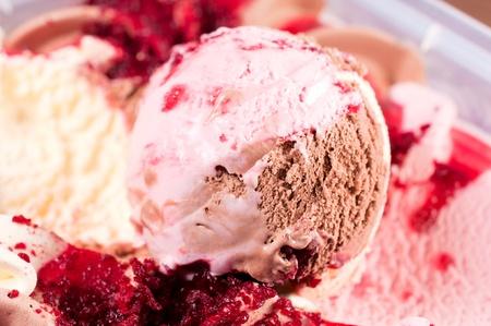 cream colour: Close up di pallina di gelato