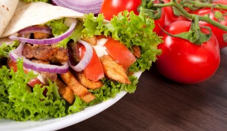 sandwiche: Tortilla avvolgere con carne e verdure