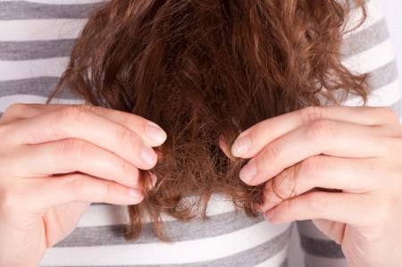 Female showing her broken hair  Zdjęcie Seryjne