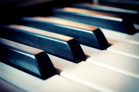 musica clasica: Enfoque selectivo en la tecla del piano negro en el medio Foto de archivo