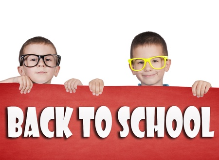 Tweelingen die lege rode poster met terug naar school teken