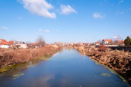 mundo contaminado: Canal contaminada y sucia va asentamiento Foto de archivo