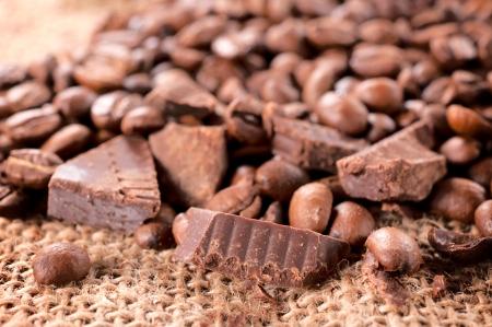 手作りのチョコレートとコーヒー豆