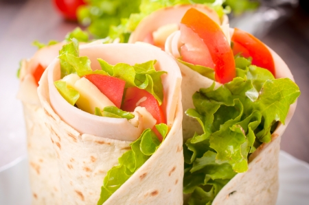 sandwich de pollo: Sabroso bocadillo de tortilla wrap de pavo y verduras Foto de archivo